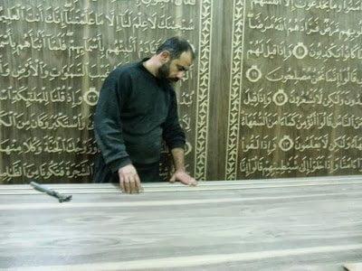 خطاط سوري و نجار مصري يعملان علي أكبر نسخة من القرآن الكريم في العالم 5
